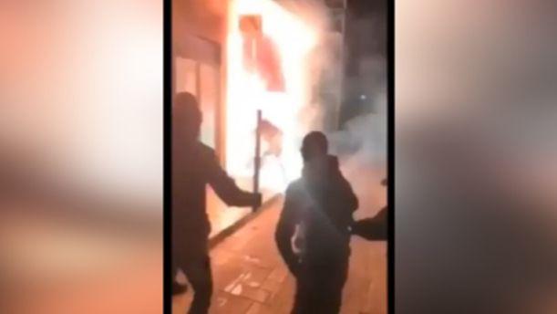 Βίντεο σοκ από την επίθεση με μολότοφ και ρόπαλα σε σύνδεσμο του Ολυμπιακού